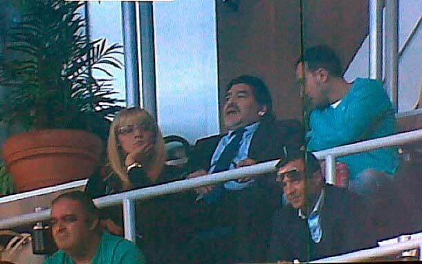 Diego Maradona y Rocío Oliva en Real Madrid-Barcelona