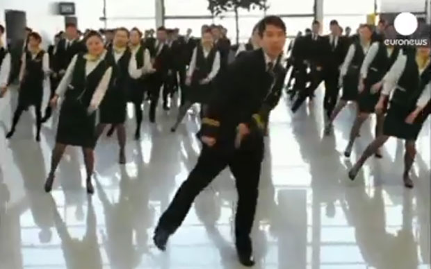 Un grupo de azafatas recibió a los turistas con un insólito baile en el aeropuerto de Shanghai