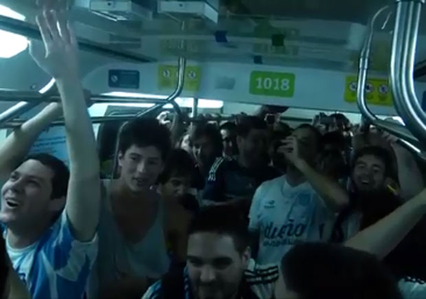 Los hinchas argentinos llevaron el Himno al subte de Río de Janeiro