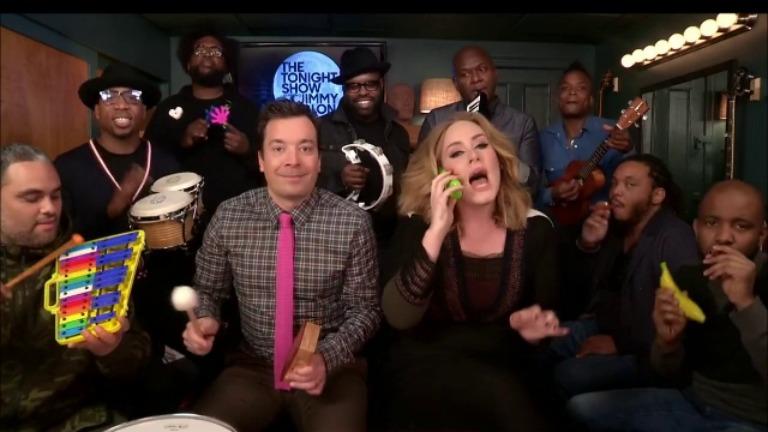 Adele se atrevió a cantar acompañada por instrumentos musicales de juguete