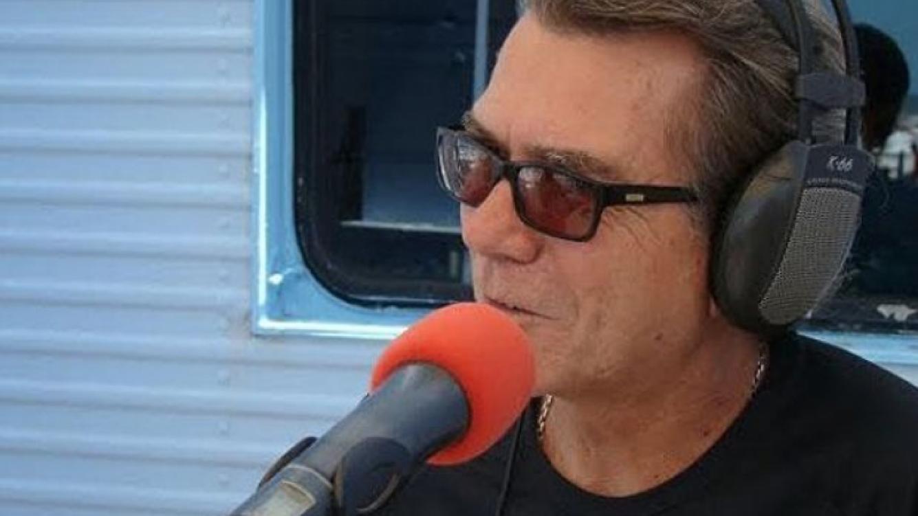 Juan Alberto Badía y la radio, su pasión. Foto: Web.