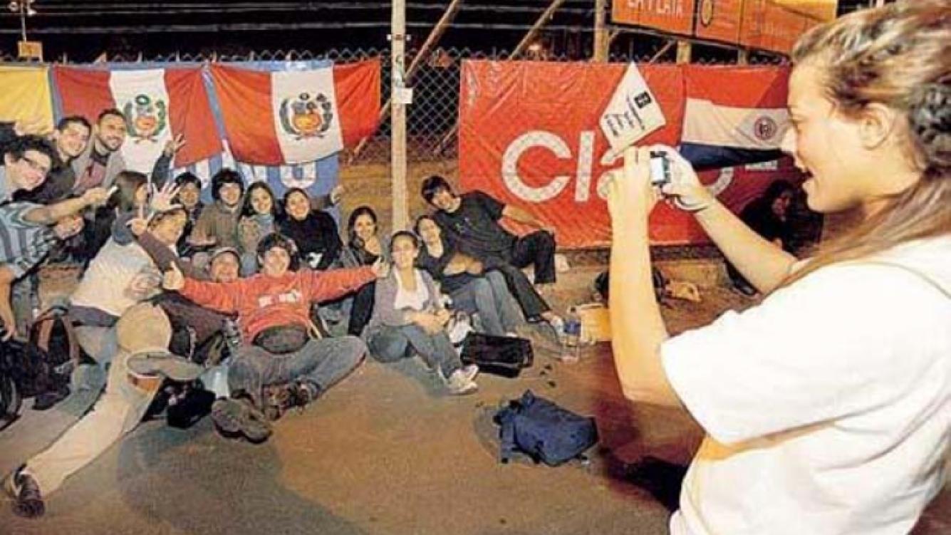 Fanáticos de U2, en la cola para ingresar al Estadio Unico de La Plata. (Foto: El Día de La Plata)