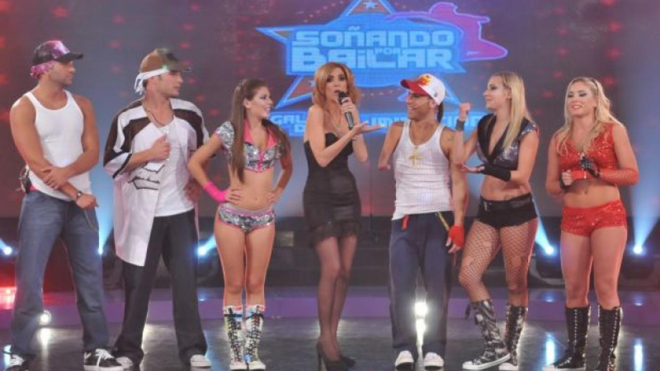Viviana Canosa junto a los 6 soñadores. (Foto: Ideas del Sur)