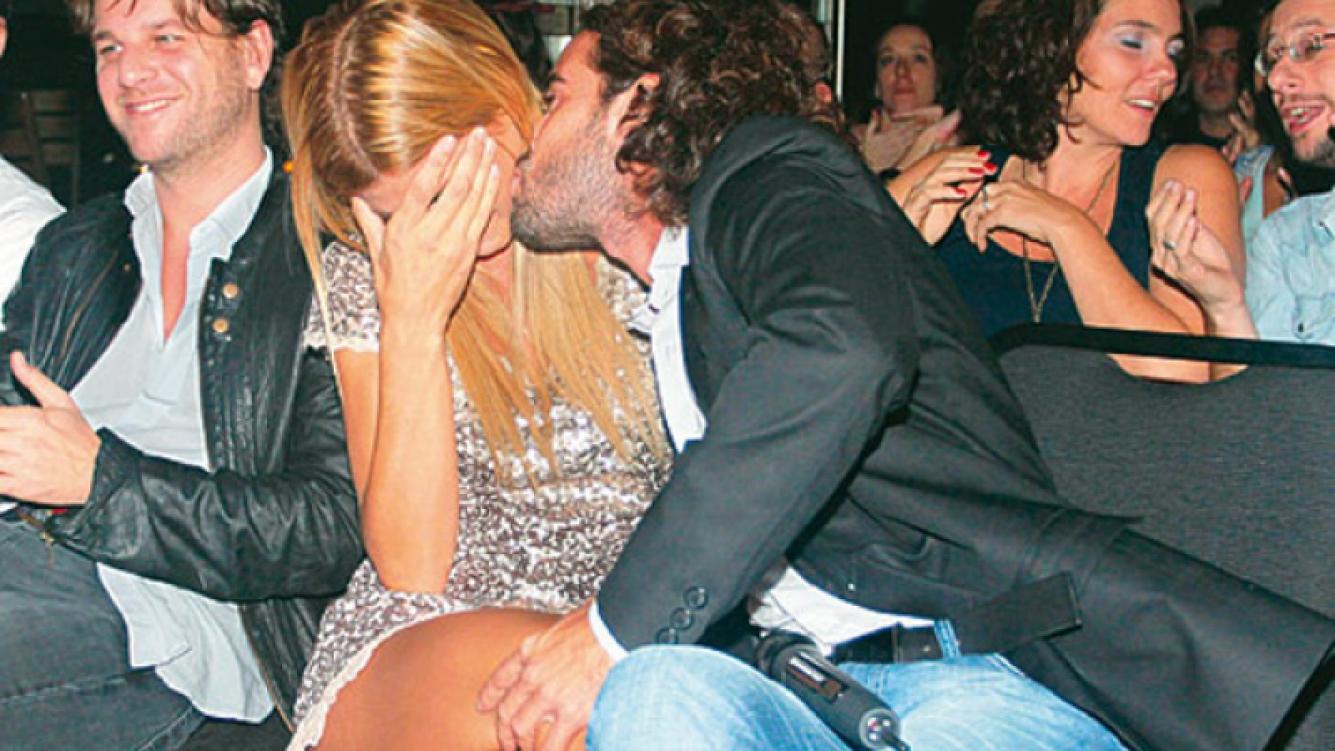 Nicolás Cabré y Eugenia Tobal no tienen reparo en mimarse en público. (Foto: Revista Gente)