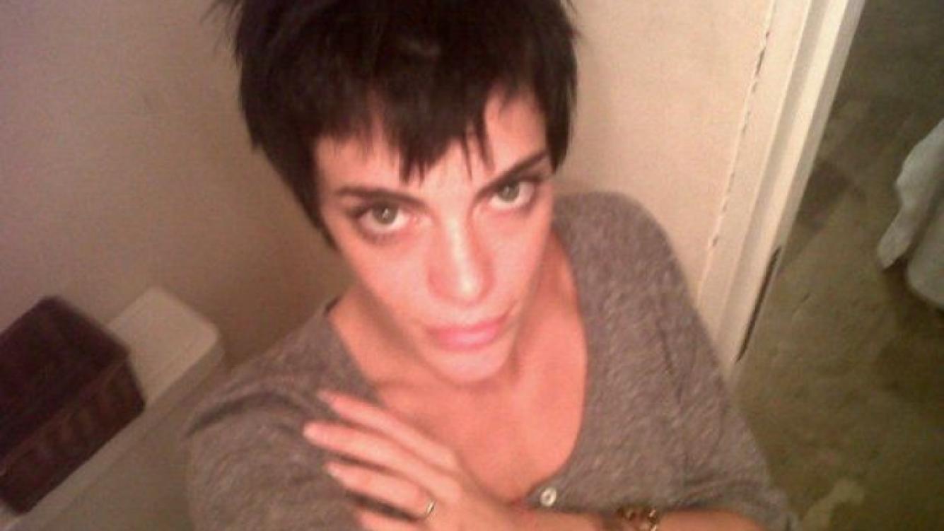 Emilia Attias cambió su look y volvió al morocho. (Foto: Twitter)