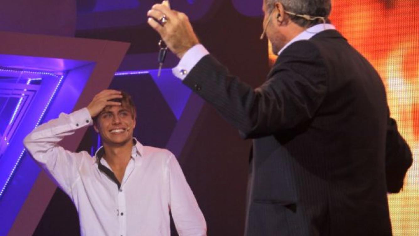 Martín P. y su premio. (Foto: Telefe).