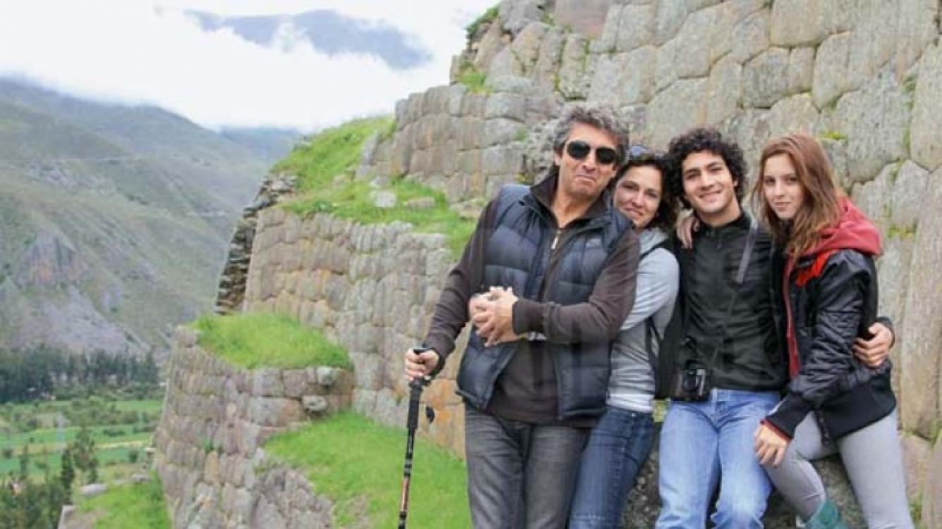 Ricardo Darín y su familia en Machu Pichu. (Foto: revista Caras)
