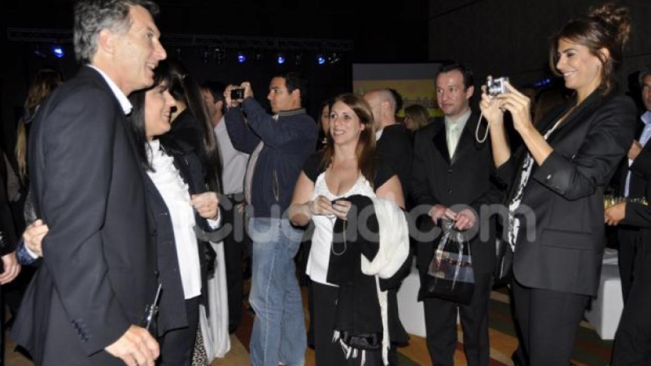 Juliana Awada toma una foto a Mauricio Macri con una de sus fans. (Foto: Jennifer Rubio)