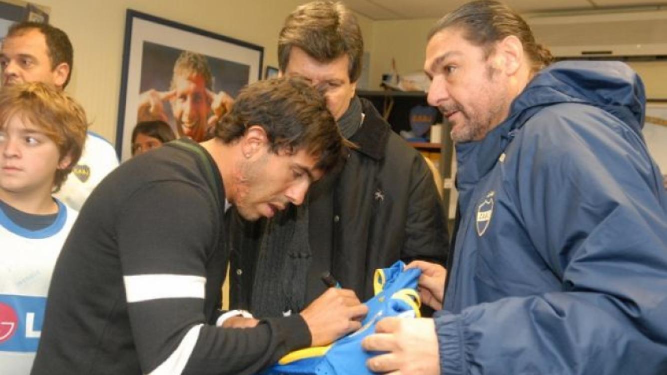 Carlos Tevez firma autógrafos.