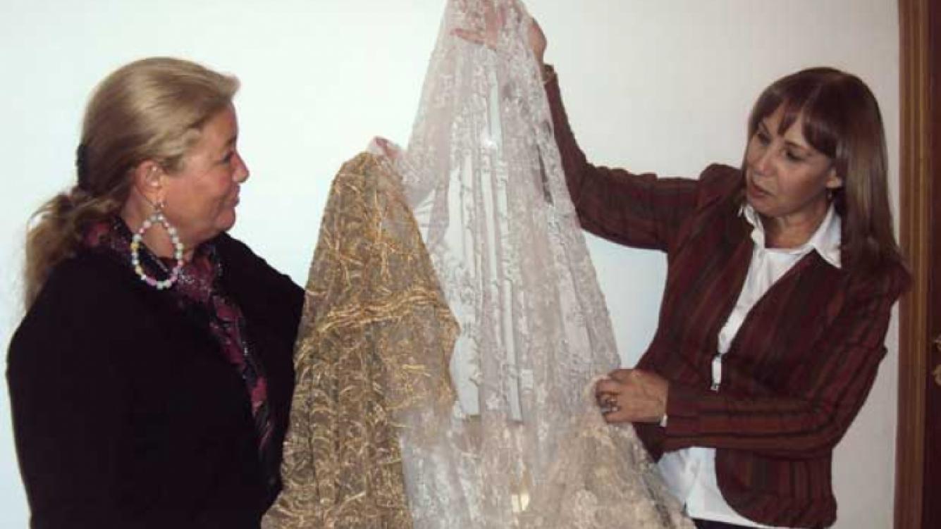 Stella Maris junto a la diseñadora de su vestido. (Foto: Alejandro Veroutis).