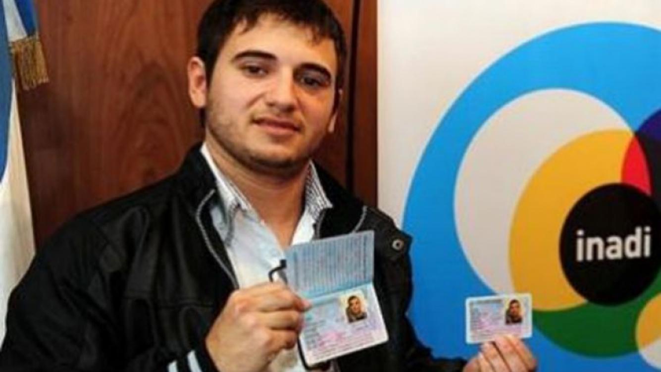 Alejandro Iglesias con su DNI en mano.
