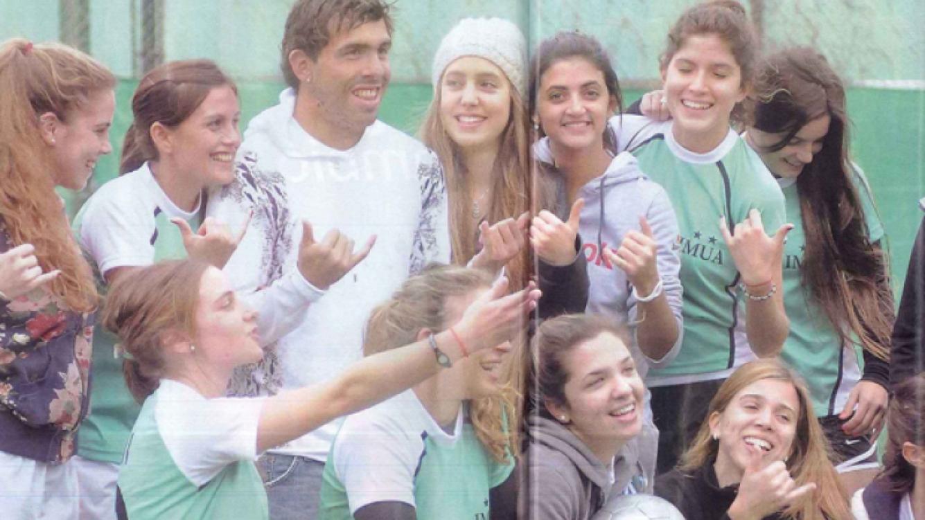 Carlos Tevez posando con el equipo de su mujer. (Foto: revista Pronto)