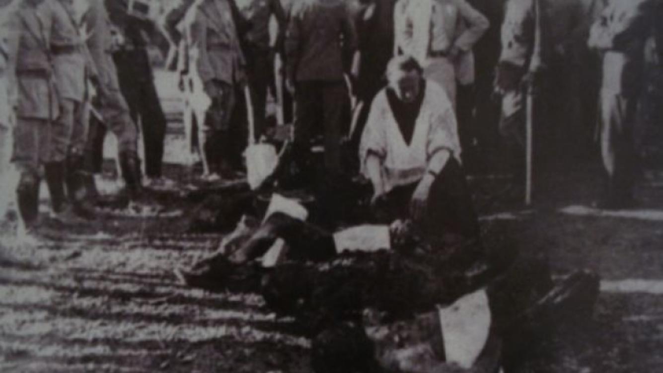 Los cuerpos, en fila, luego del accidente. (Foto: Tangocity.com).