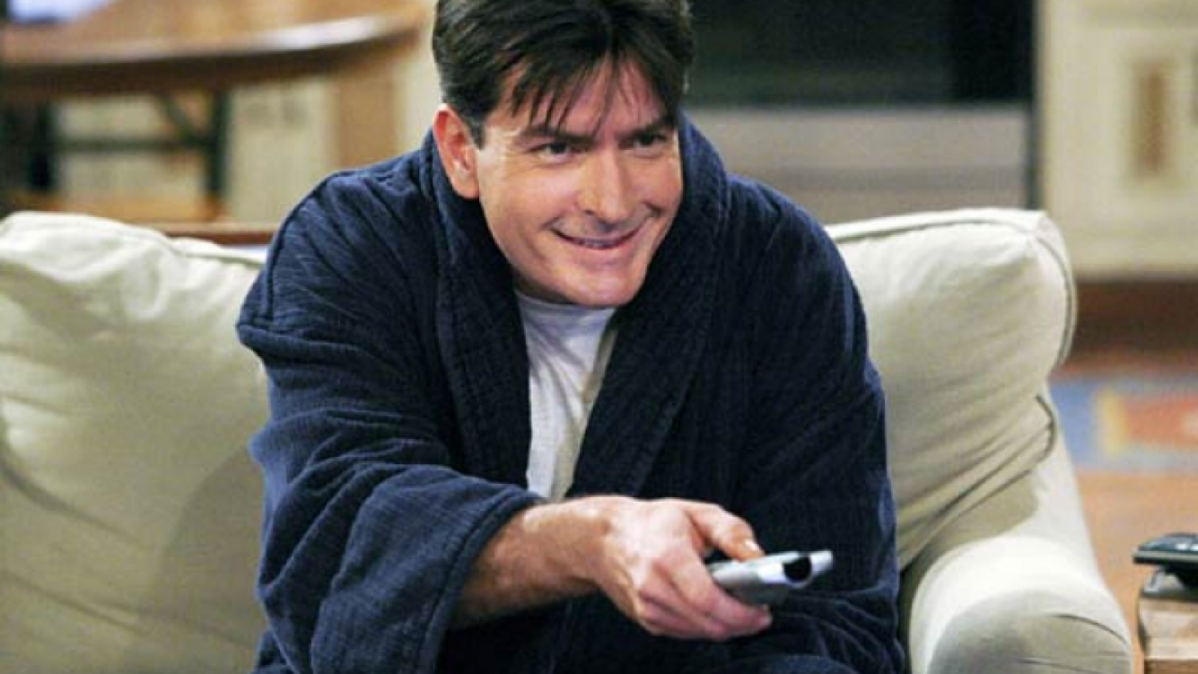 Charlie Sheen se prepara para ver su propia muerte en Two and a half men. (Foto: Web)