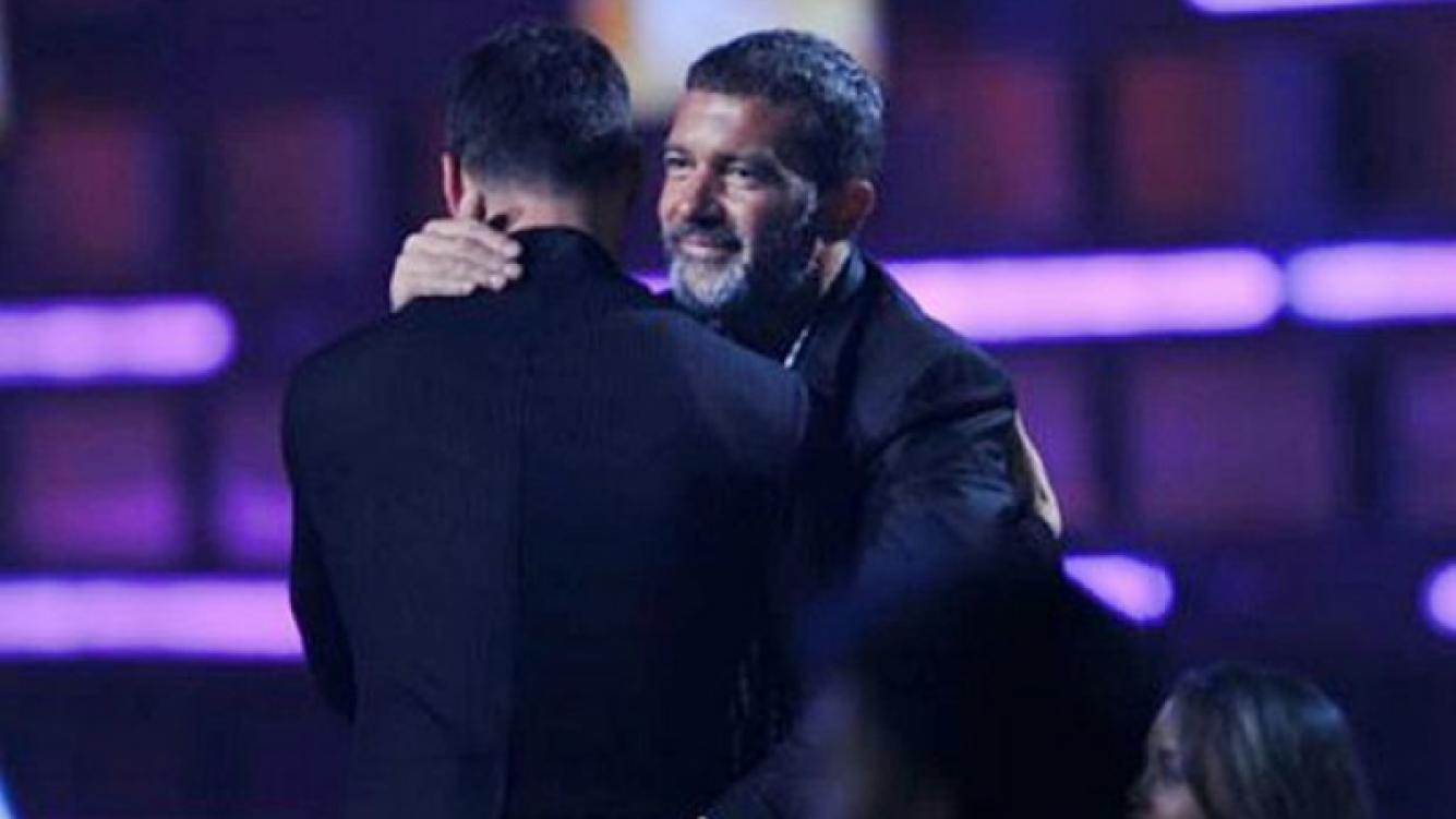 Cariñoso, el español recibió su premio de la mano de su amigo Ricky Martin.