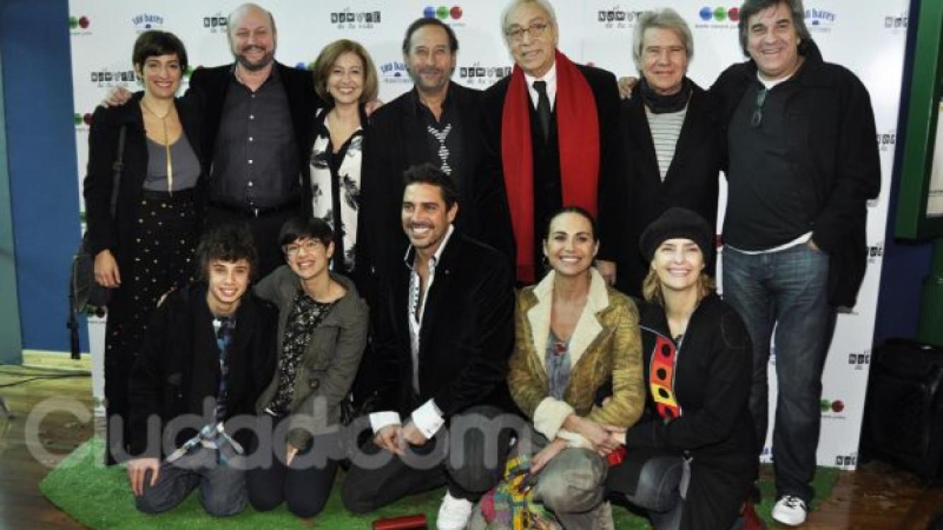 Luis junto al resto del elenco de la comedia de Telefe (Foto: Jennifer Rubio).