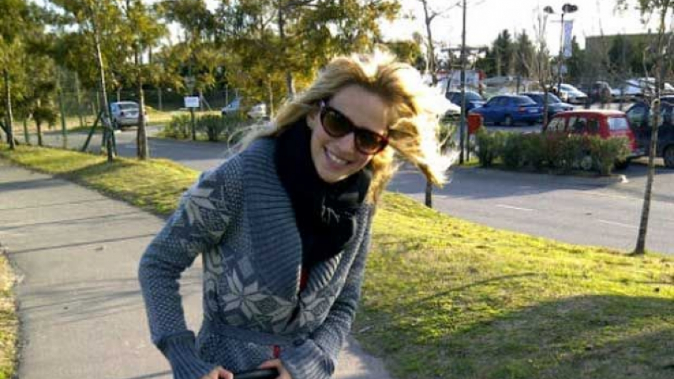 Luisana Lopilato compró un cochecito para sacar a apasear a su perro Simón. (Foto: @lulopilato).