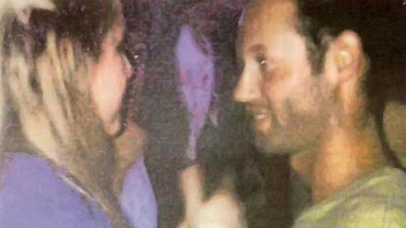 El novio de Silvina Luna, charla con una joven rubia. (Foto: Diario Libre).