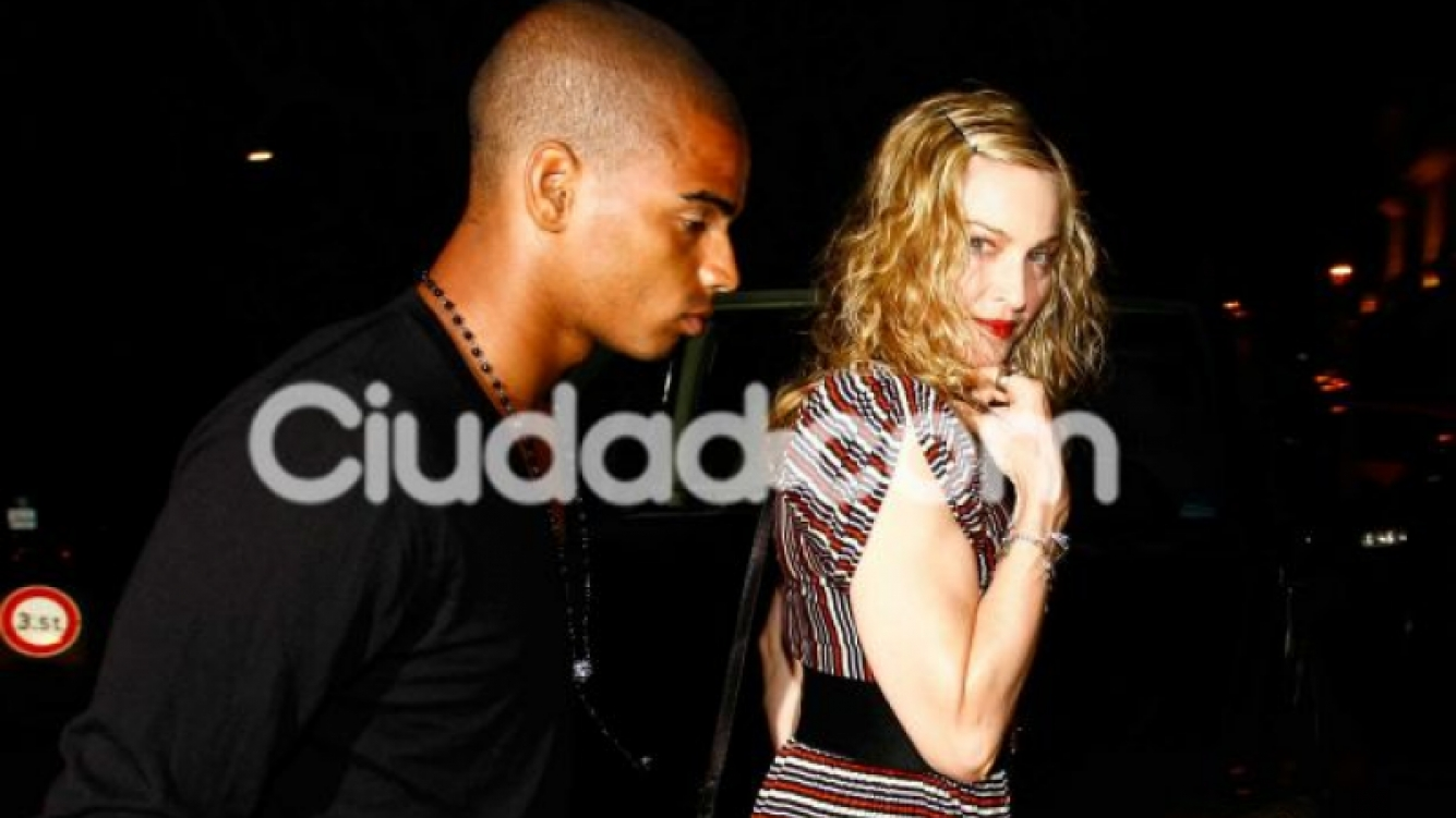 Madonna y Brahim, paseo de noche. (Foto: Southern Press).