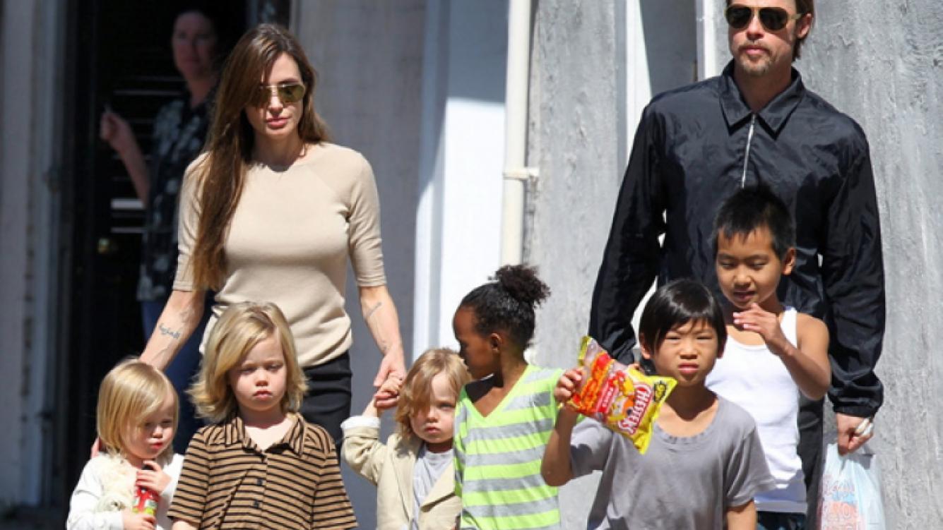 Angelina Jolie, Brad Pitt y sus hijos. (Foto: Web)