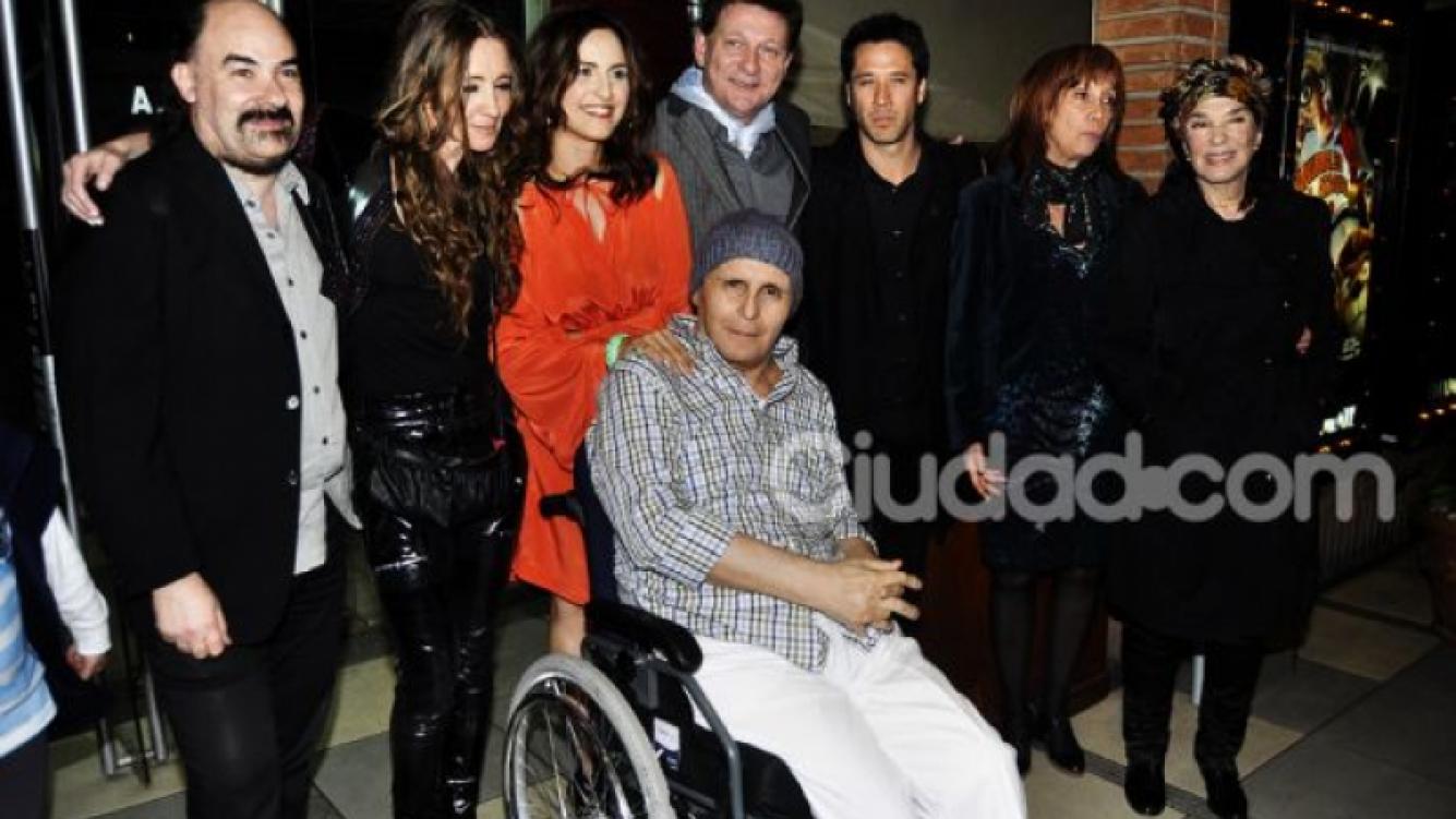 Leonardo Favio junto a elenco y directores de Juan y Eva. (Foto: Jennifer Rubio)