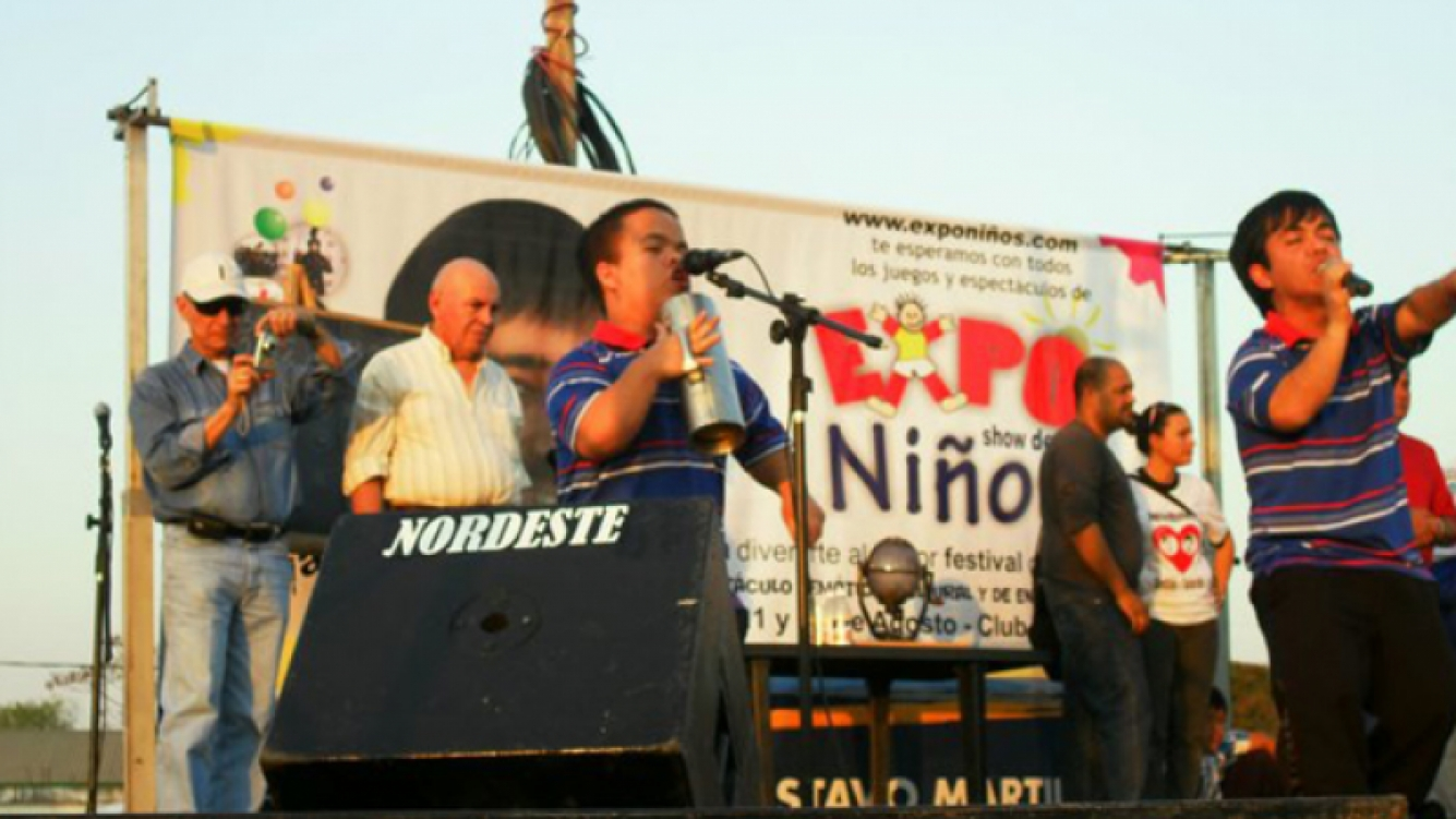 De camisa blanca, Miguel Angel Balmaceda, quien falleció. Su hijo es Nicolás, quien toca el wiro. (Foto: Los Grosos)