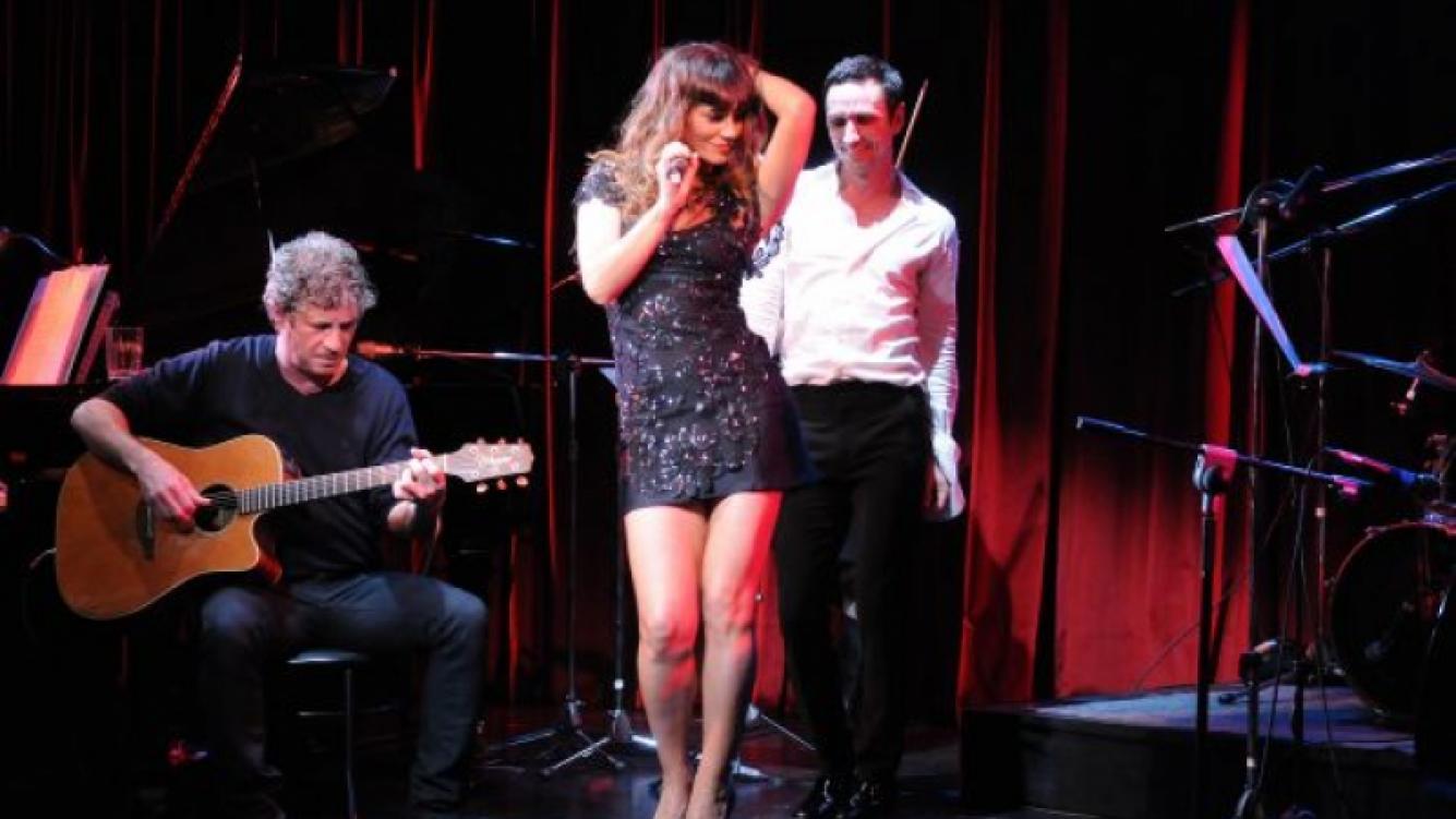 Muy sensual, Siciliani interpretó tres temas clásicos. (Foto: El Trece)
