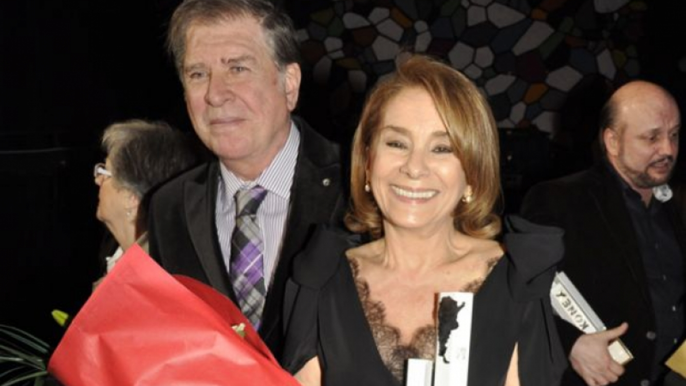 Arturo Puig y Selva Alemán, junto al premio a la actriz. (Foto: Jennifer Rubio)