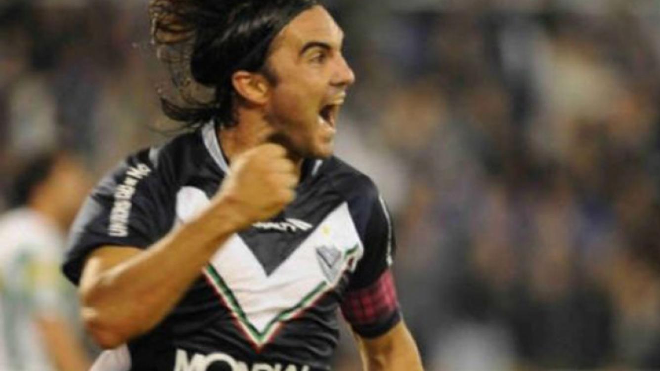 Cubero festeja un gol con su cinta violeta a cuadros. (Foto: Web)