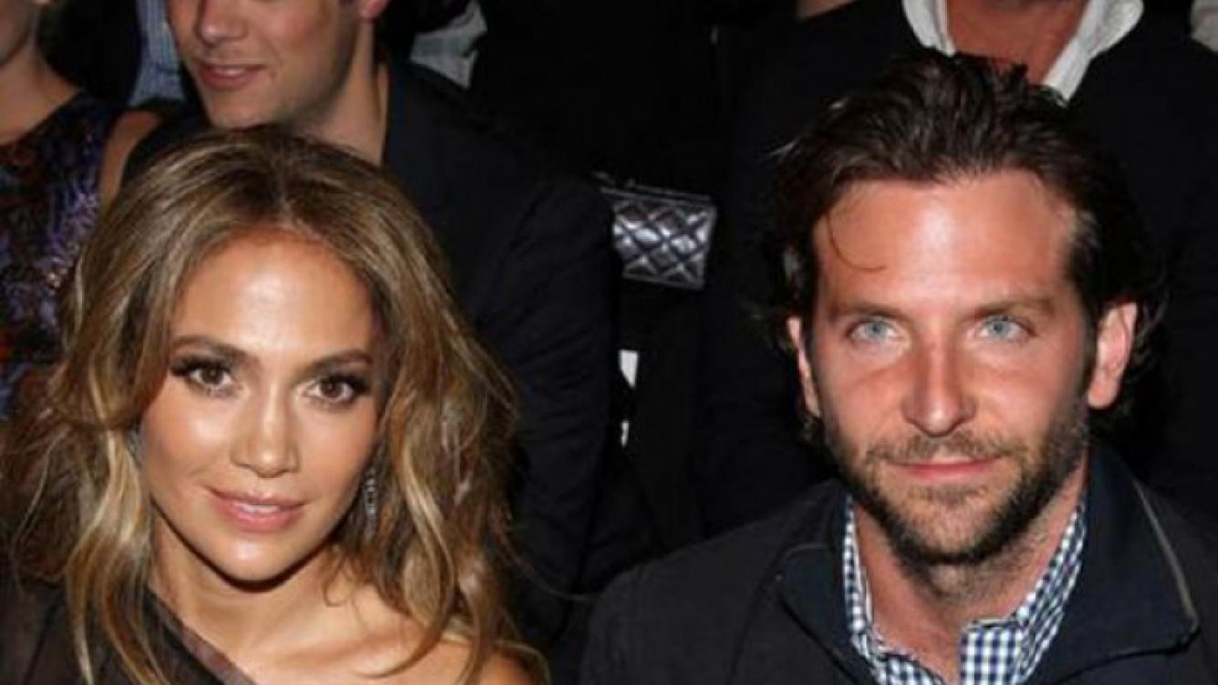 Cooper y JLO en un evento, cuando los rumores comenzaban a correr.