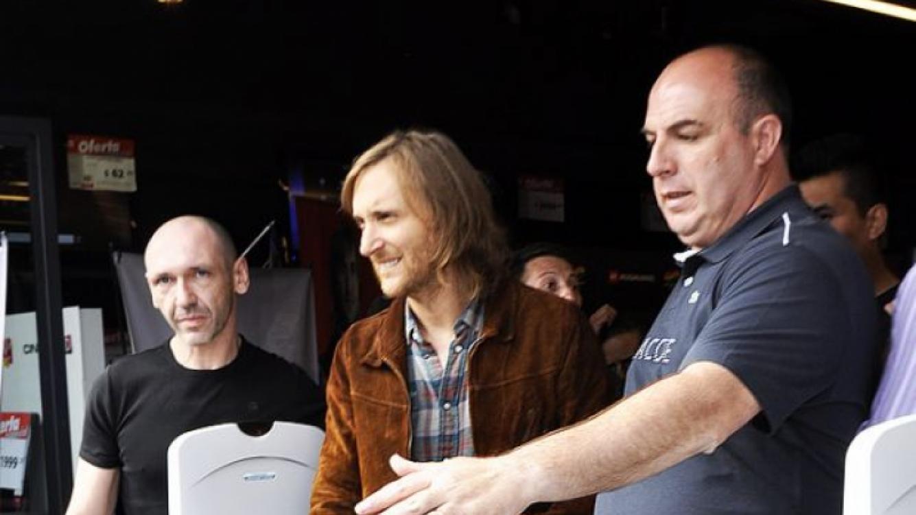 David Guetta firmó autógrafos y se sacó fotos con sus fans (Foto: Jennifer Rubio).