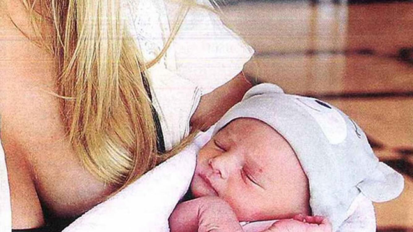 Ella es Isabella Assmann, en brazos de su mamá. (Foto: revista Pronto)