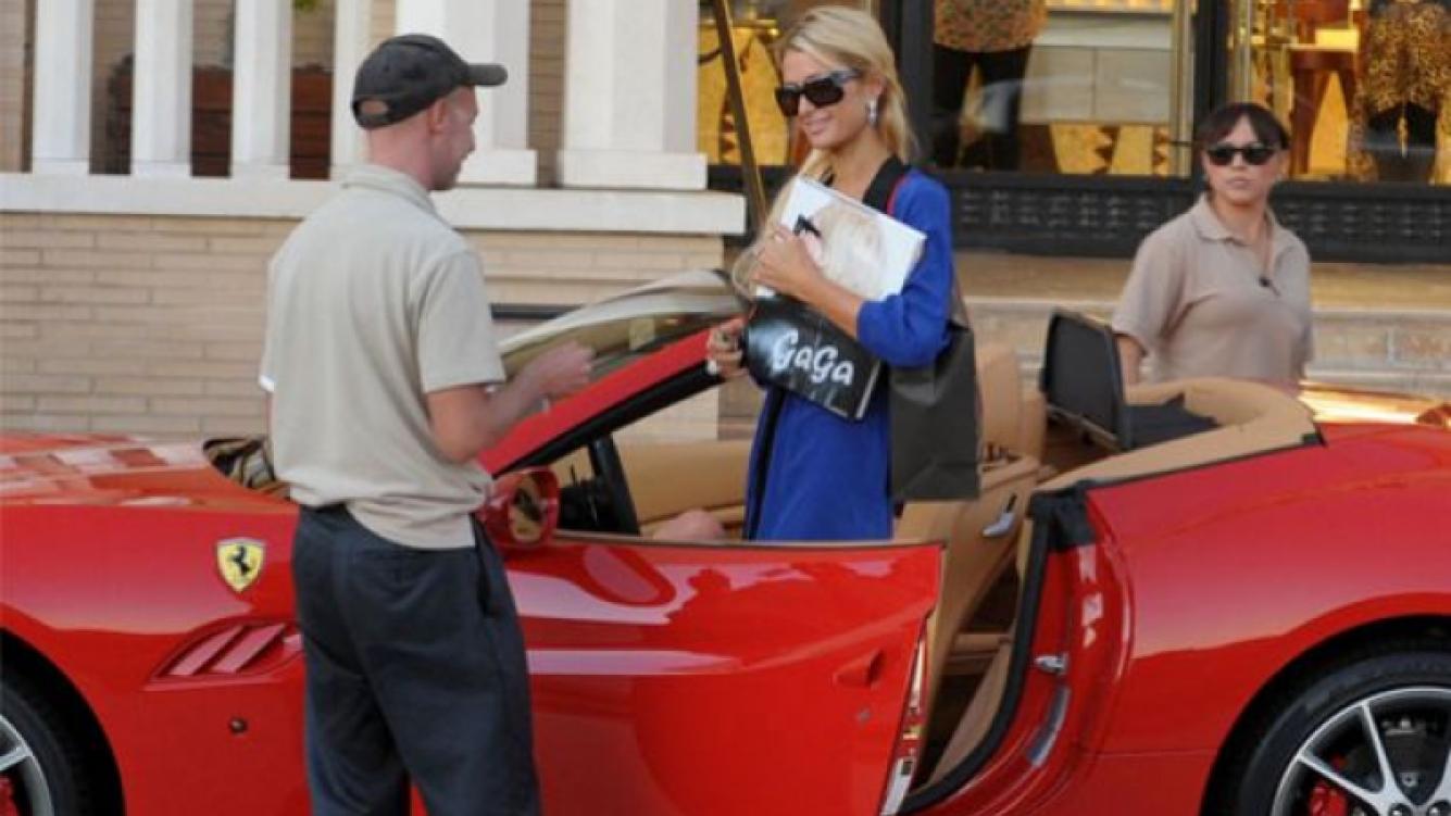 Paris Hilton fue a comrpar el libro de fotos de Lady Gaga, en su Ferrari. (Foto: Web)