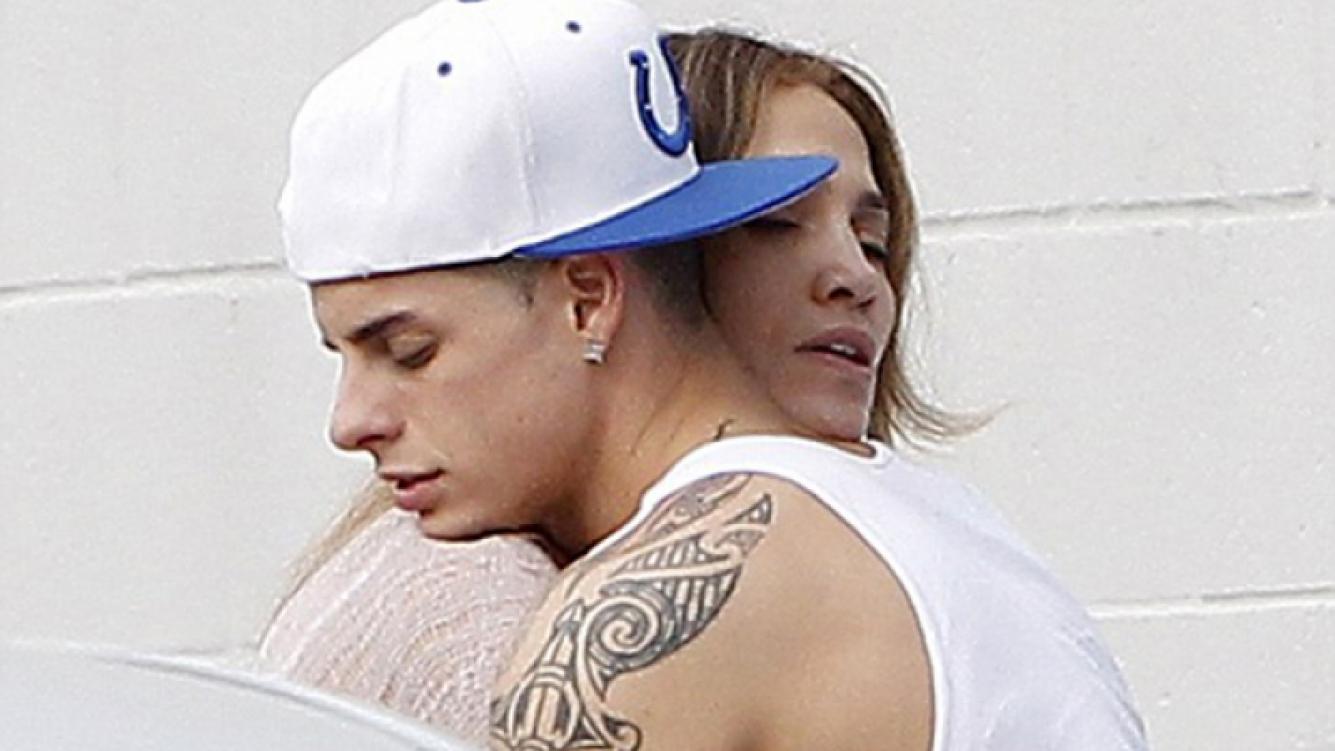 Jennifer López se mostró a los besos con su joven novio. (Foto: Daily Mail)
