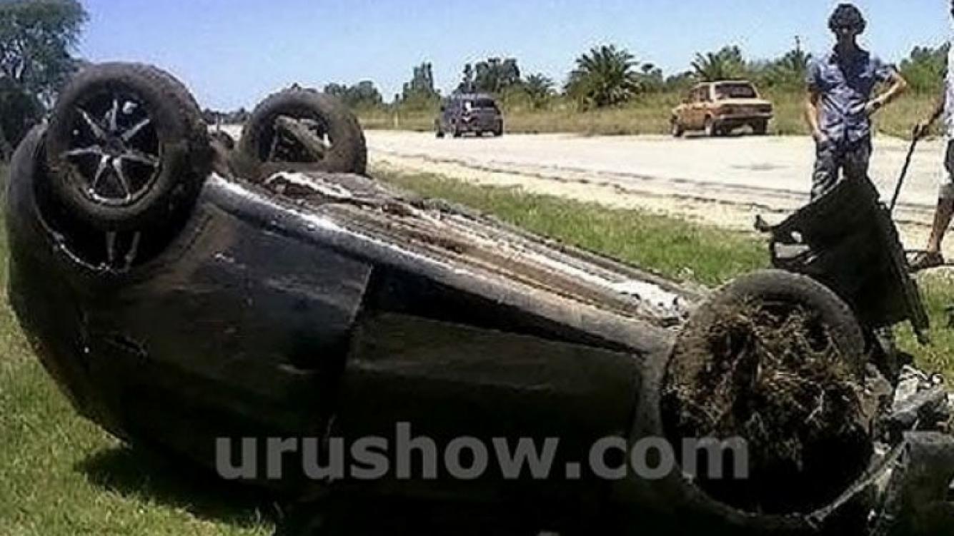 La familia de Luis Ventura volcó con su camioneta en la ruta y se salvó de milagro. (Foto: Urushow.com)