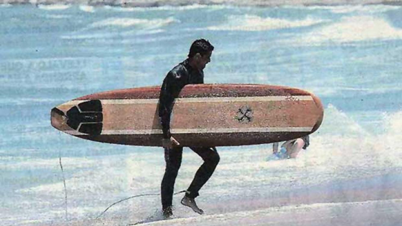 Luciano Castro sale de surfear en Mar del Plata. (Foto: Muy)