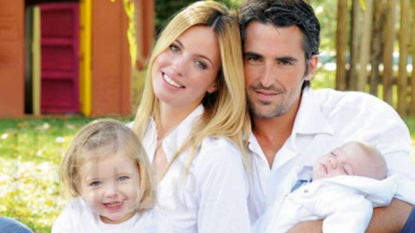 Rocío Guirao Díaz junto a su marido y sus dos hijos. (Foto: RevistaCaras)
