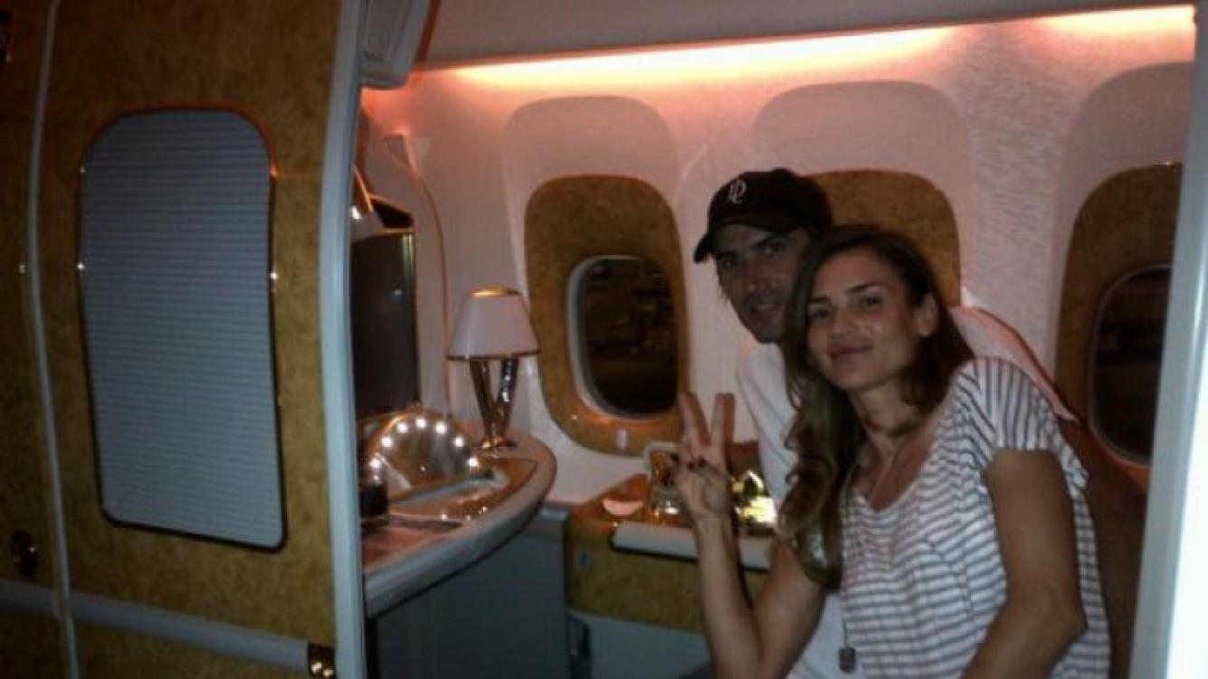 Adolfo Cambiasso y María Vázquez, en vuelo a Dubai. (Foto: Twitter María Vázquez)