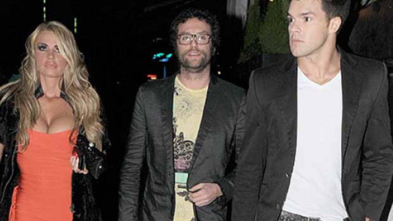 Katie Price junto a su hermano Daniel y Leandro Penna. (Foto: The Sun)
