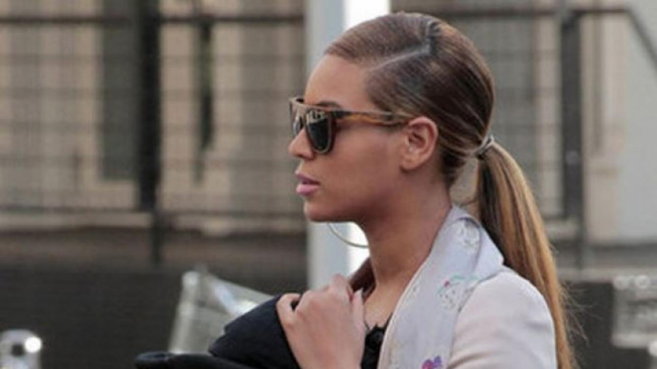 Beyoncé, de paseo con su bebé por las calles de New York. (Foto: popsugar.com)
