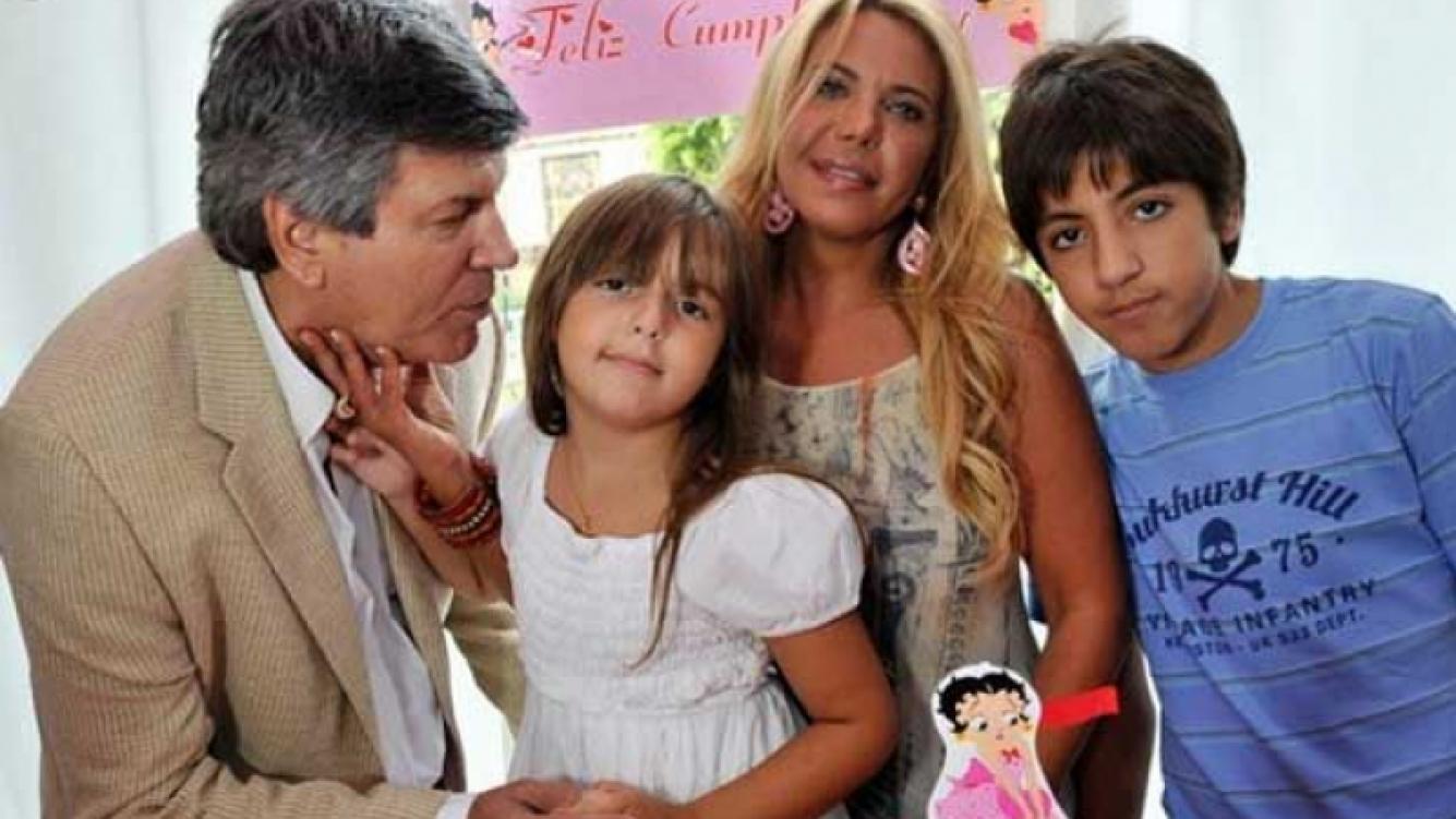 Carlín Calvo, en el cumpleaños de su hija Abril (5), junto a Carina Galucci y su otro hijo, Facundo. (Foto: Compañía de Fiestas)
