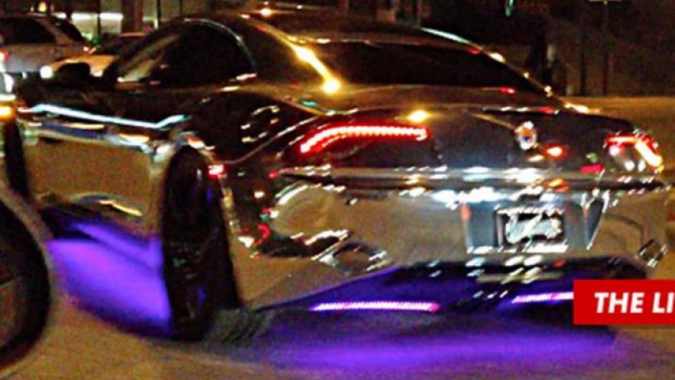 Justin Bieber pasea con su nuevo auto