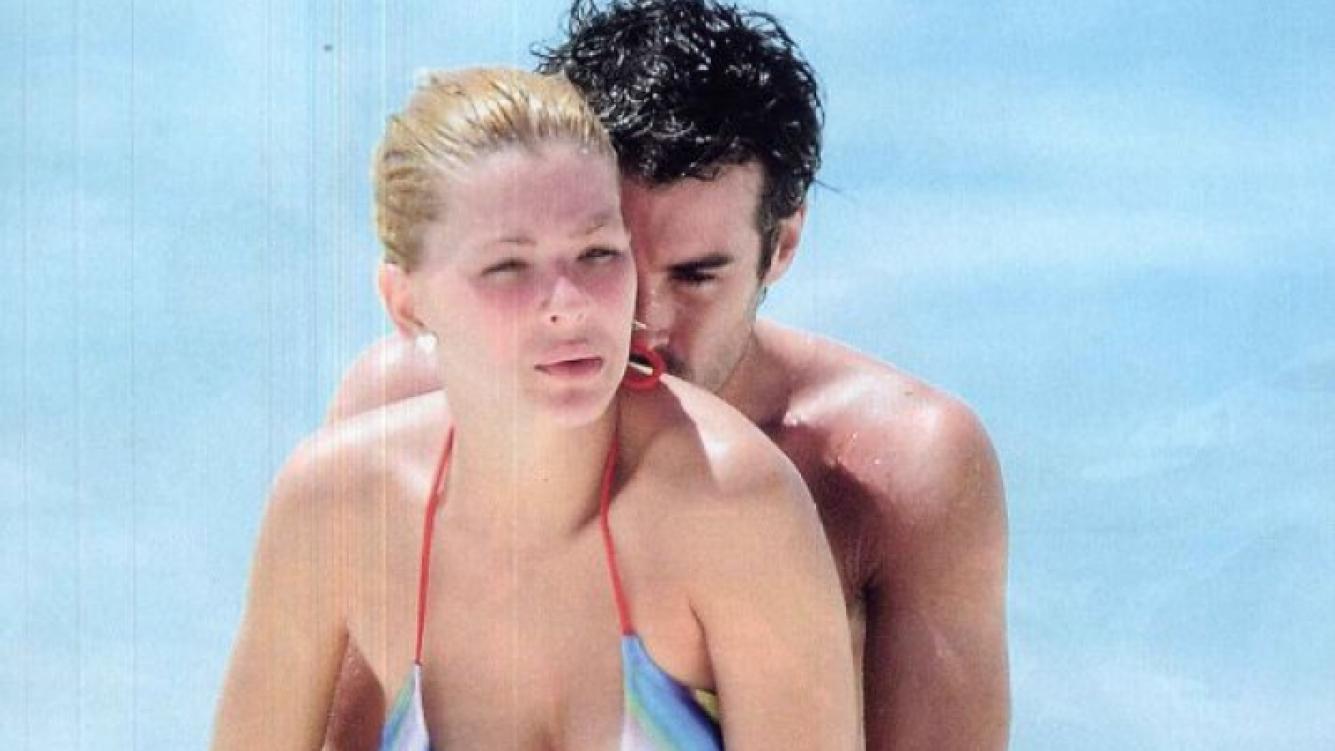 Los novios disfrutan juntos del mar. (Foto: Revista Gente)