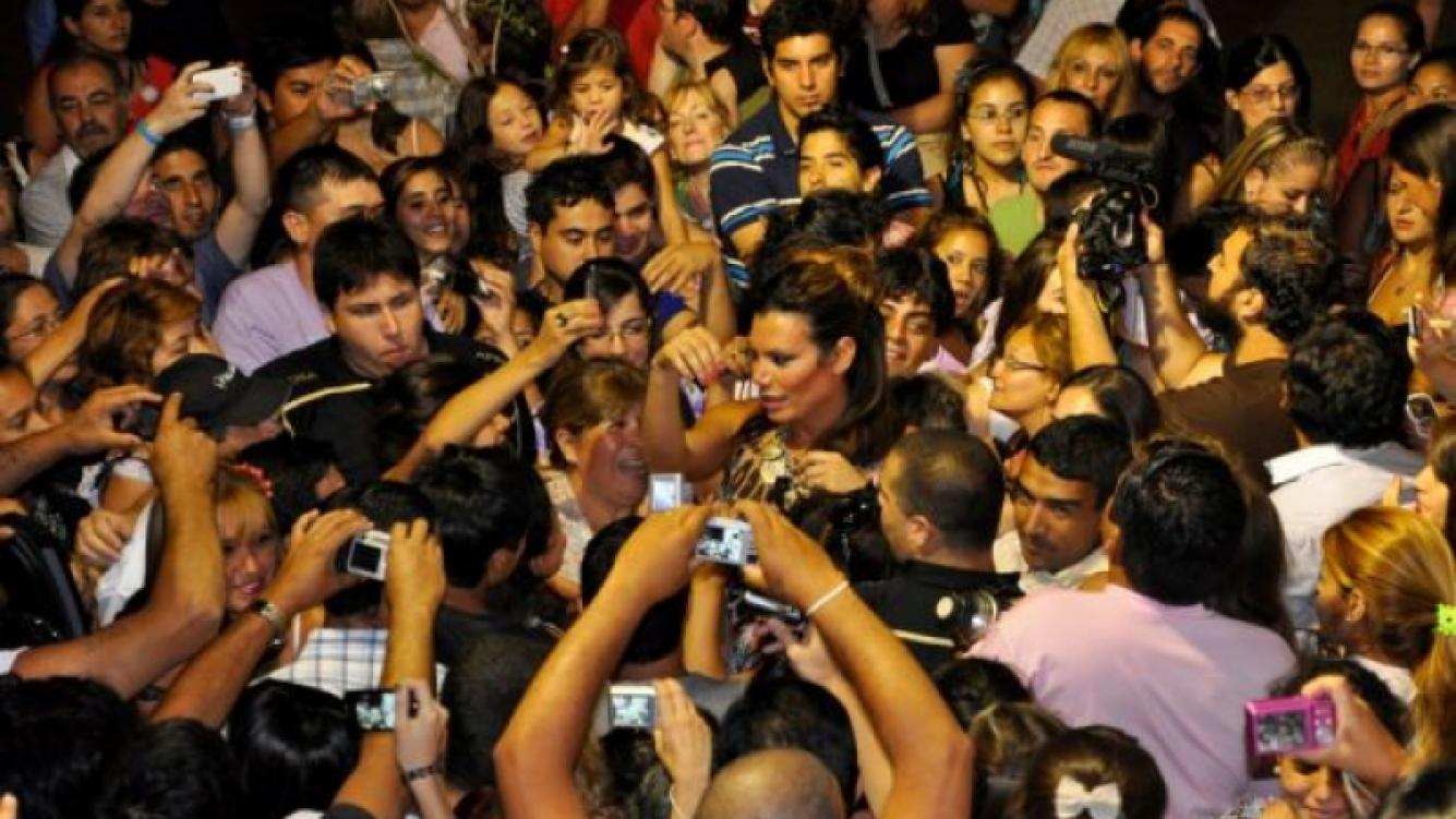 Flor de la V, rodeada de fans a la salida del teatro.