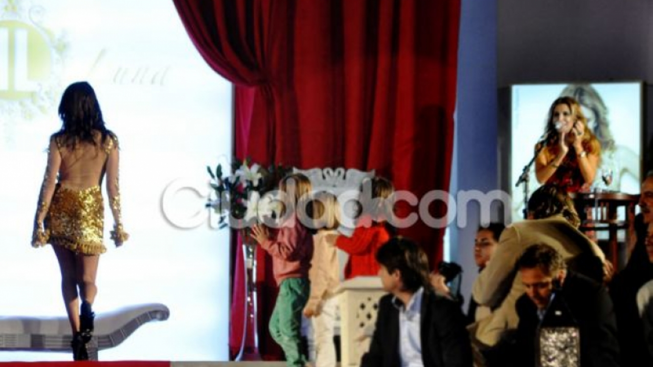 Flavia aplaude a Luli en el desfile de Javier Luna (Foto: Jennifer Rubio).