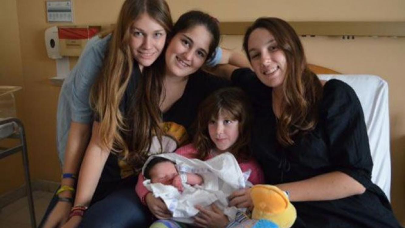 El pequeño Fermín y sus cuatro hermanas mayores (Foto: @gonbonadeo1963)