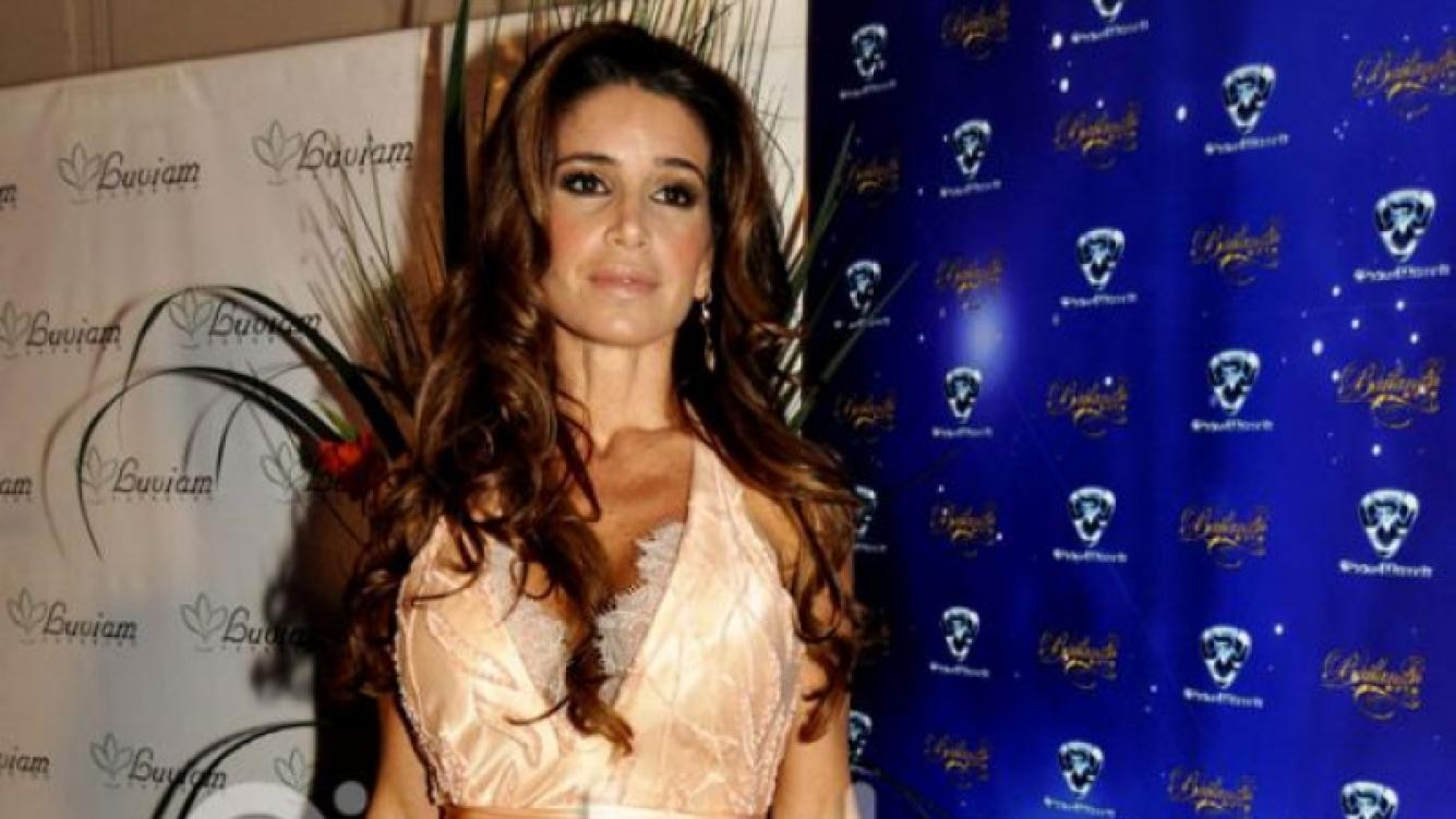 Flor Peña lució un modelo de Pía Carregal muy cortito para la foto del Bailando (Foto: Jennifer Rubio).