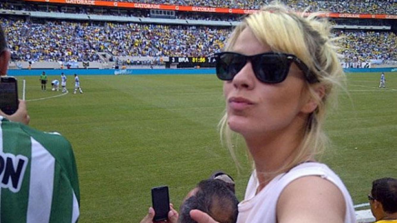 Gimena Accardi vio el partido en la cancha, junto a su novio Nico Vázquez. El que acomoda la pelota atrás es un tal Messi...