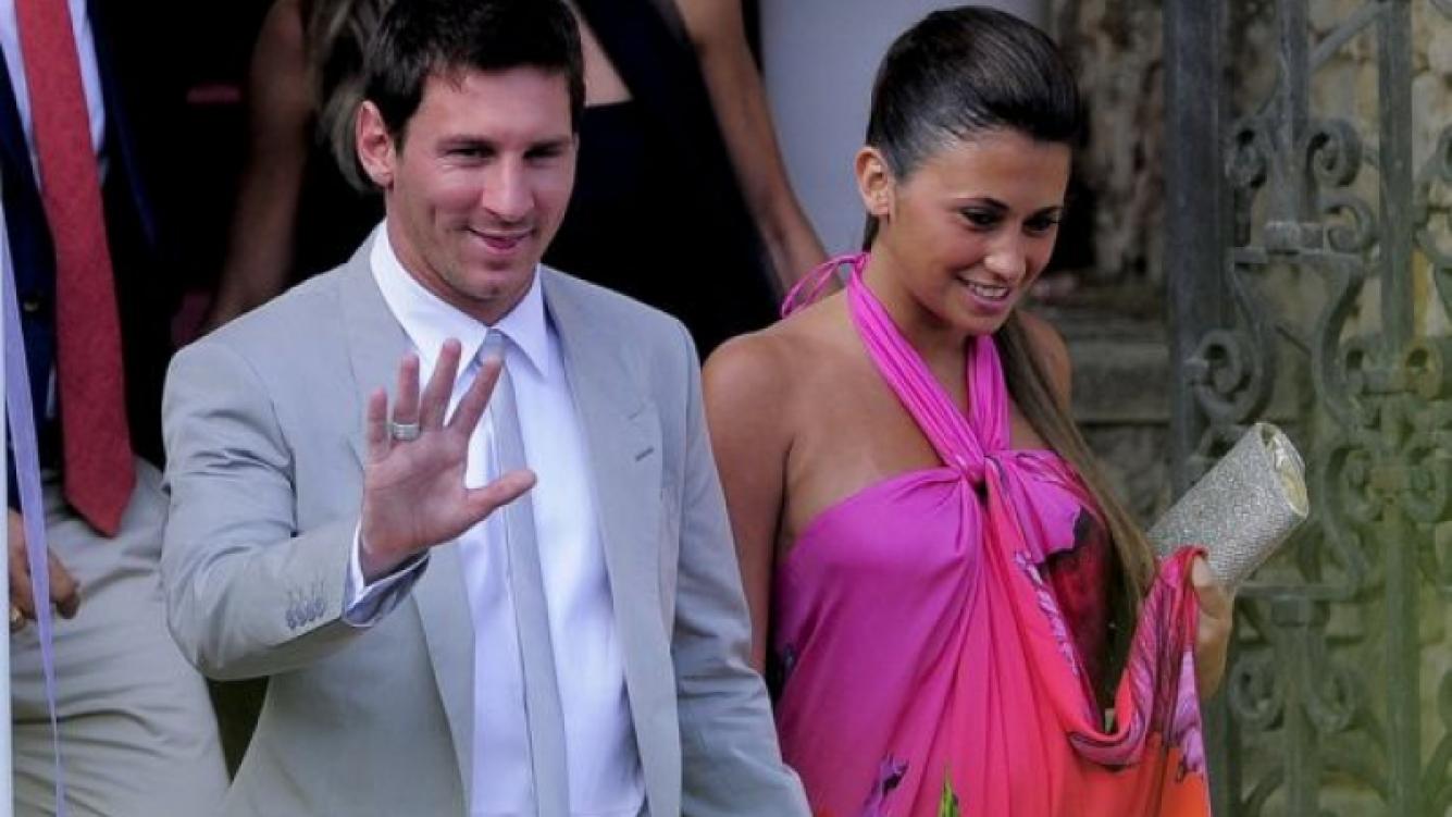 Lionel Messi y su novia en su primera salida pública tras anunciar el embarazo. (Foto: Twitter)