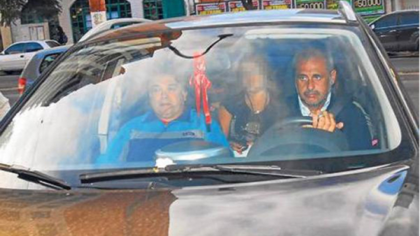 Jorge Rial llega a la casa de sepelios junto a sus hijas (Foto: Diario Perfil).